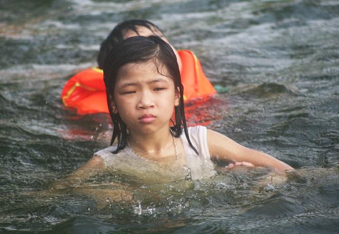 Hà Nội: cả làng cùng hùn tiền cải tạo, biến ao ô nhiễm thành bể bơi miễn phí cho trẻ em - Ảnh 8.