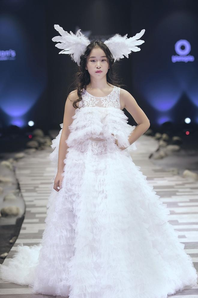Hoa hậu Hương Giang, Trương Quỳnh Anh nắm tay con sải bước trên sàn catwalk ngày thứ 2 Tuần lễ Thời trang Thiếu nhi - Ảnh 21.