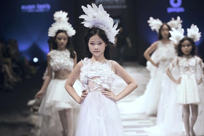 Hoa hậu Hương Giang, Trương Quỳnh Anh nắm tay con sải bước trên sàn catwalk ngày thứ 2 Tuần lễ Thời trang Thiếu nhi - Ảnh 22.