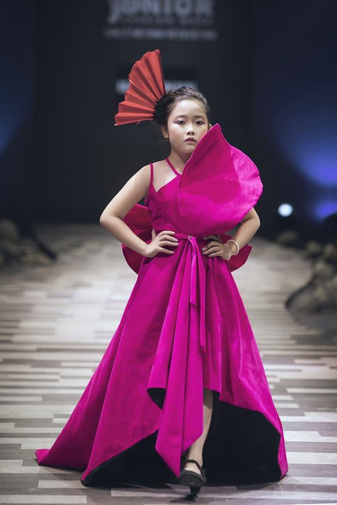 Hoa hậu Hương Giang, Trương Quỳnh Anh nắm tay con sải bước trên sàn catwalk ngày thứ 2 Tuần lễ Thời trang Thiếu nhi - Ảnh 23.