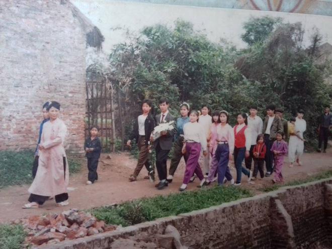 Đám cưới chất chơi thời bố mẹ anh thập niên 90: Pháo nổ râm ran, cả làng chạy theo cô dâu chú rể - Ảnh 21.