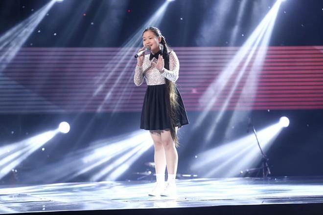 Bé gái biết nói giọng 3 miền, thả thính HLV Giọng hát Việt nhí khiến khán giả phát cuồng - Ảnh 18.