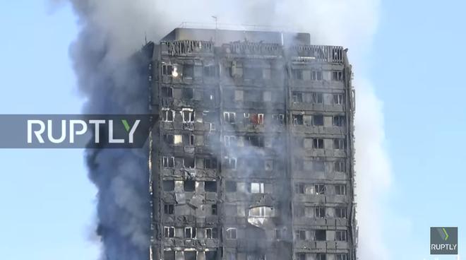 Hình ảnh tòa nhà 27 tầng trơ trụi, đen thui sau khi ngọn lửa được kiểm soát - Ảnh 4.