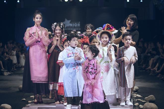 Hoa hậu Hương Giang, Trương Quỳnh Anh nắm tay con sải bước trên sàn catwalk ngày thứ 2 Tuần lễ Thời trang Thiếu nhi - Ảnh 18.