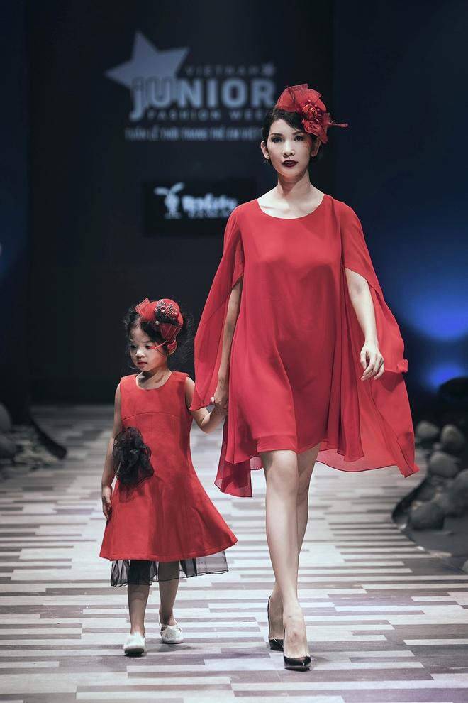Hoa hậu Hương Giang, Trương Quỳnh Anh nắm tay con sải bước trên sàn catwalk ngày thứ 2 Tuần lễ Thời trang Thiếu nhi - Ảnh 4.