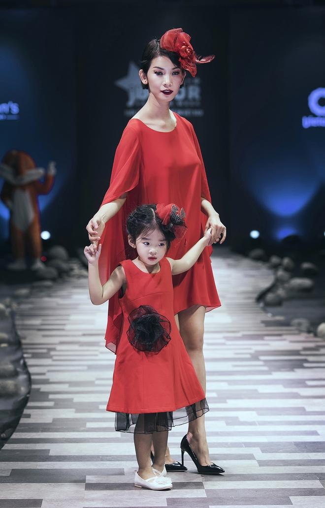 Hoa hậu Hương Giang, Trương Quỳnh Anh nắm tay con sải bước trên sàn catwalk ngày thứ 2 Tuần lễ Thời trang Thiếu nhi - Ảnh 5.
