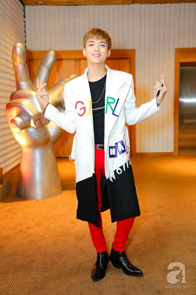 Hương Tràm diện váy siêu ngắn khoe vẻ gợi cảm cạnh Tiên Cookie - Ảnh 3.