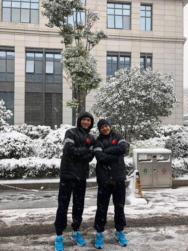 Những hình ảnh mới nhất ở Thường Châu: Dàn trai đẹp U23 siêu nhắng nhít khi lần đầu thấy tuyết rơi - Ảnh 3.