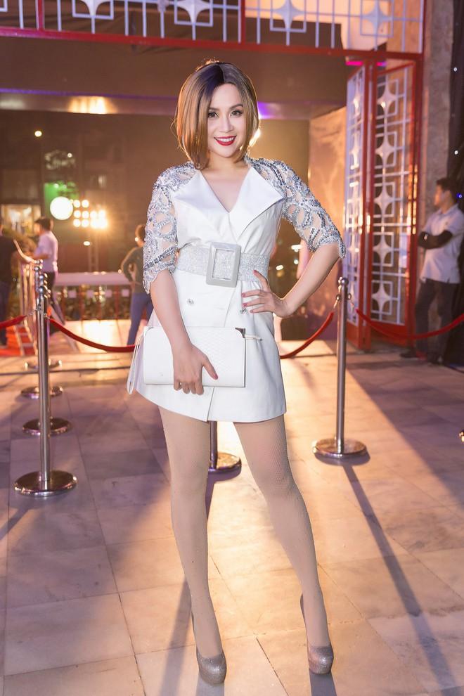 Sau vụ tông xe vào cột điện, Lưu Thiên Hương tươi tắn đi trao giải - Ảnh 2.