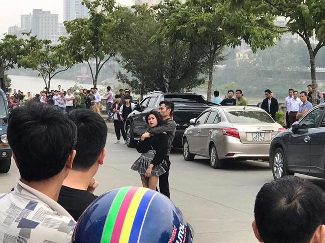 Lào Cai: Nam thanh niên nghi ngáo đá dùng dao kề cổ cô gái trẻ, ép lên xe cùng bỏ trốn - Ảnh 3.