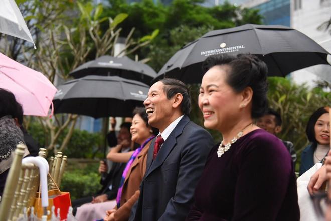 Đám cưới không thể quên: Cô dâu chú rể Việt kiều và quan khách hò hét, nín thở theo từng pha bóng trong trận chung kết của U23 Việt Nam - Ảnh 4.