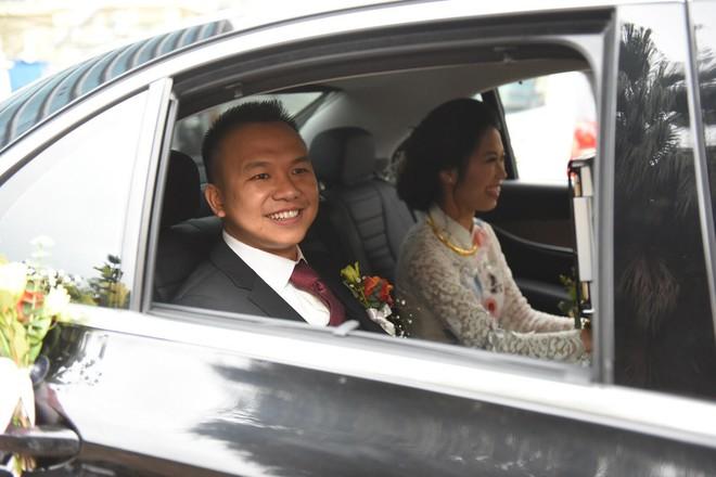 Đám cưới không thể quên: Cô dâu chú rể Việt kiều và quan khách hò hét, nín thở theo từng pha bóng trong trận chung kết của U23 Việt Nam - Ảnh 3.