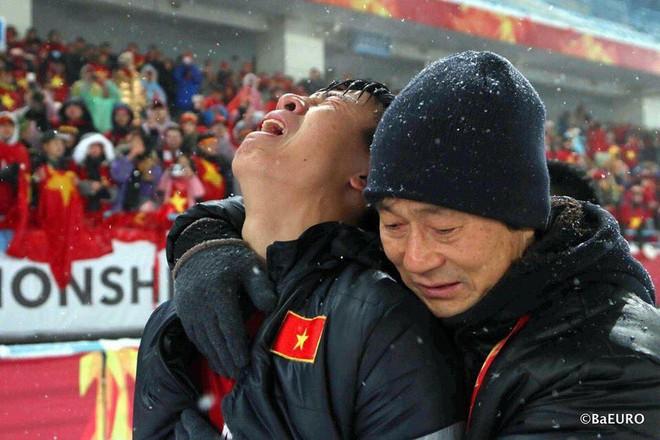 Nhìn bức ảnh đau thấu tâm can khi để tuột cup vàng của trung vệ Bùi Tiến Dũng, có ai không rơi nước mắt xót xa? - Ảnh 1.