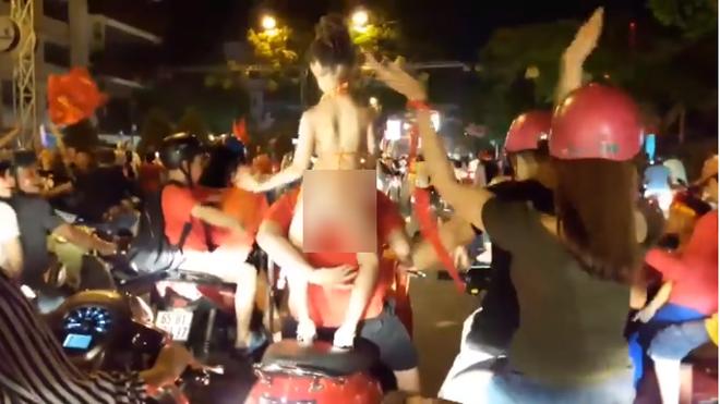 Bé gái ăn mặc hở hang, phản cảm, nhảy nhót mừng U23 Việt Nam chiến thắng, bố mẹ bị chỉ trích dữ dội - Ảnh 1.