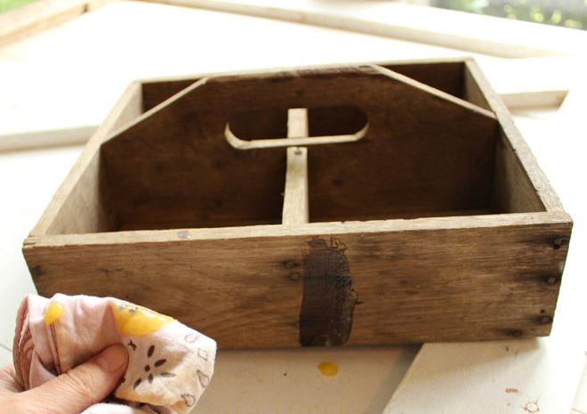 Sáp lau biến đồ gỗ cũ trở nên sạch đẹp như mới trong tích tắc - Ảnh 3.