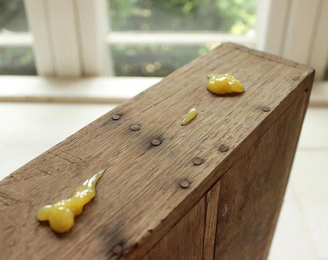 Sáp lau biến đồ gỗ cũ trở nên sạch đẹp như mới trong tích tắc - Ảnh 2.