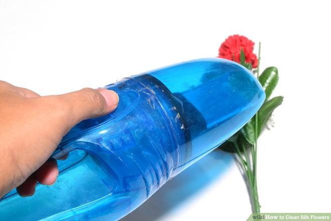 Sử dụng máy hút chân không để làm sạch hoa