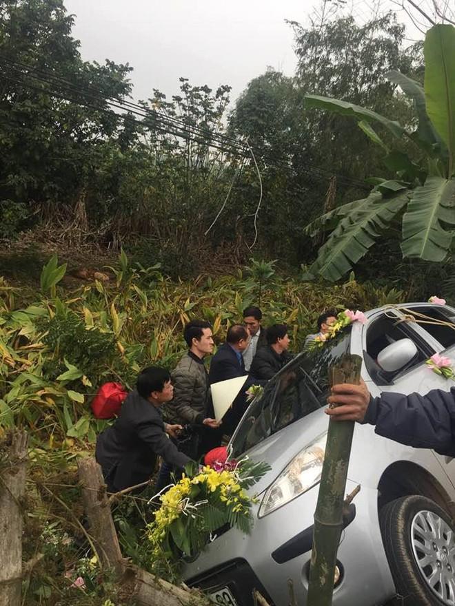 Nghệ An: Xe hoa bất ngờ lao xuống vệ đường, cô dâu chú rể may mắn thoát nạn - Ảnh 3.
