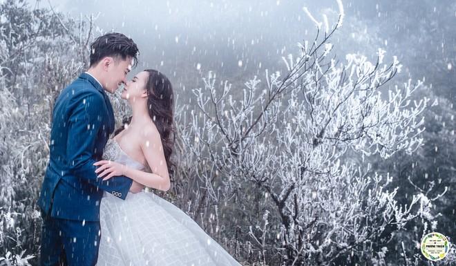 Trọn bộ ảnh cưới vai trần trong băng tuyết của cặp đôi Hà Nội tại Sapa khiến MXH xuýt xoa vì lạnh quá! - Ảnh 1.