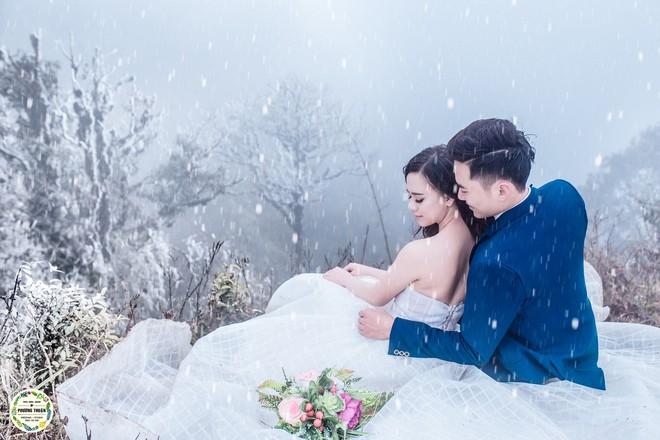 Trọn bộ ảnh cưới vai trần trong băng tuyết của cặp đôi Hà Nội tại Sapa khiến MXH xuýt xoa vì lạnh quá! - Ảnh 2.