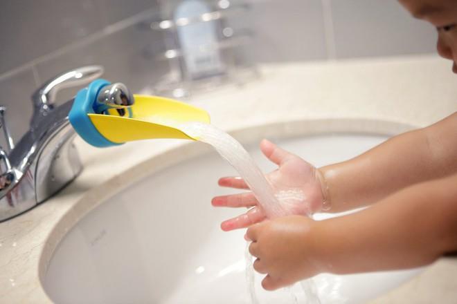Khuyến khích con tự lập, chăm rửa tay hơn nhờ bộ máng mỏ vịt đáng yêu - Ảnh 2.