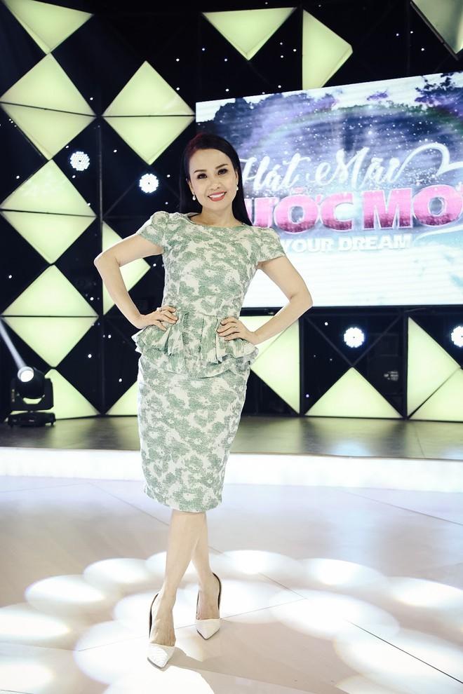 Diện đầm hoa bắt mắt Cẩm Ly xinh đẹp hội ngộ MC Ốc Thanh Vân - Ảnh 1.