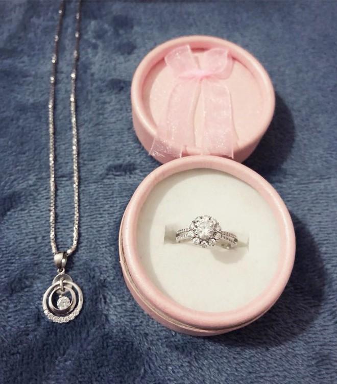 Chị em khoe quà Valentine sớm: người trang sức hàng hiệu sang chảnh, người được chồng tâm lý tặng cuộn chỉ vàng - Ảnh 8.