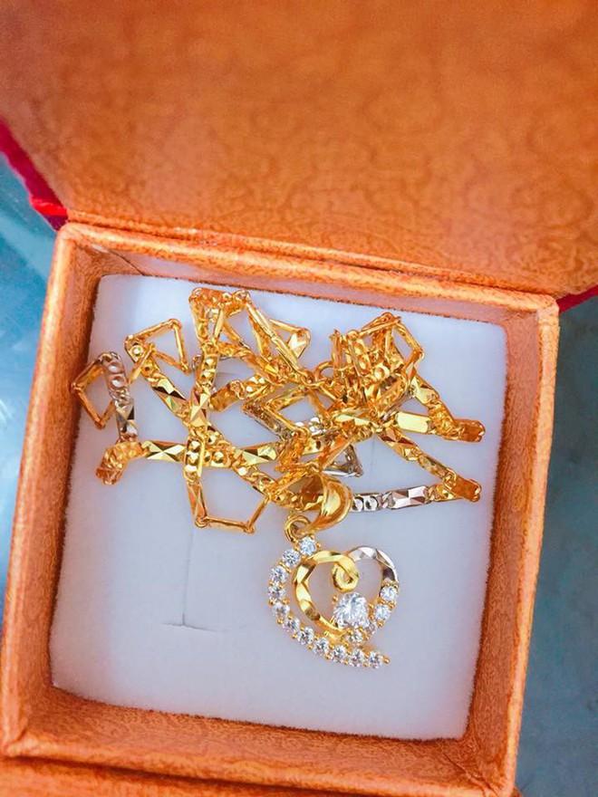 Chị em khoe quà Valentine sớm: người trang sức hàng hiệu sang chảnh, người được chồng tâm lý tặng cuộn chỉ vàng - Ảnh 11.