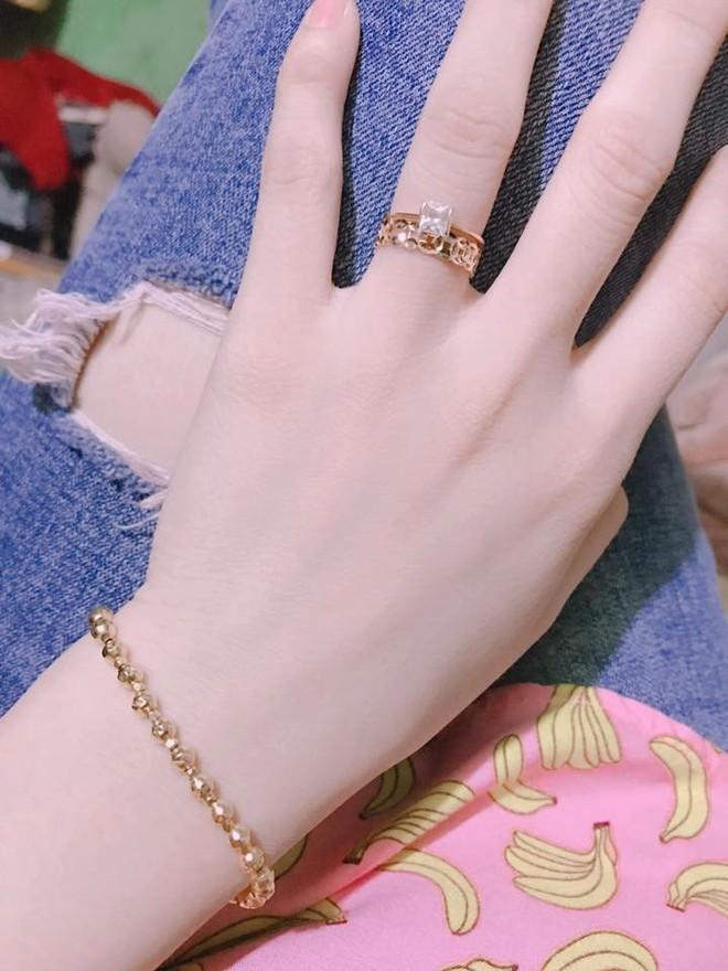 Chị em khoe quà Valentine sớm: người trang sức hàng hiệu sang chảnh, người được chồng tâm lý tặng cuộn chỉ vàng - Ảnh 3.