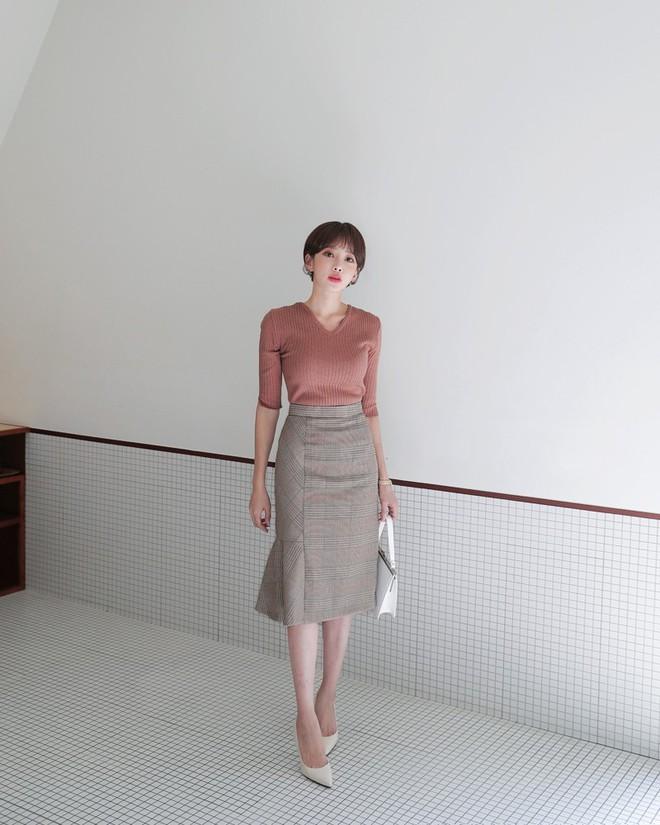 3 kiểu chân váy có chiều dài tới bắp chân này vừa giấu nhược điểm, lại vừa lên đồ diện Tết đẹp hết ý - Ảnh 2.