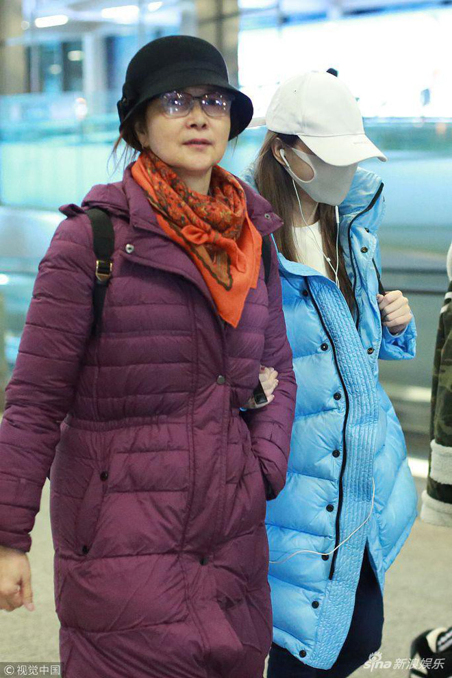 Lý Tiểu Lộ đeo khẩu trang kín mít, xuất hiện cùng mẹ sau scandal ngoại tình với trai trẻ - Ảnh 2.