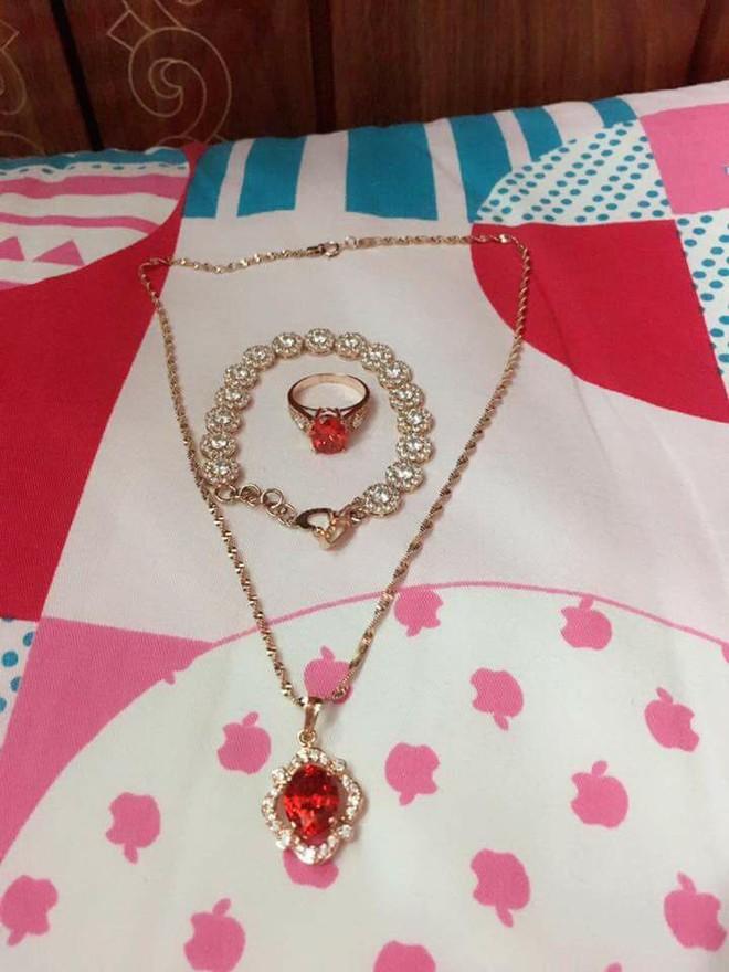 Cô vợ trẻ khoe được chồng tặng bộ trang sức bằng vàng dịp Valentine, nhiều chị em nghi ngờ chỉ là đồ mỹ ký - Ảnh 2.