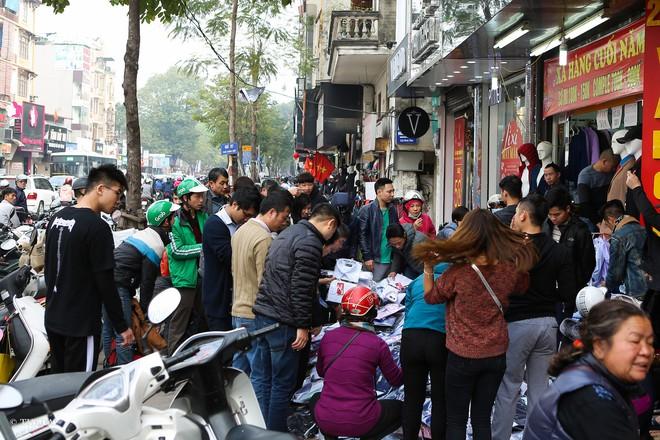 Hà Nội: 29 Tết, người dân vẫn xuống đường  mua hàng giảm giá - Ảnh 7.