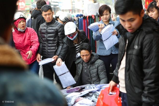 Hà Nội: 29 Tết, người dân vẫn xuống đường  mua hàng giảm giá - Ảnh 6.