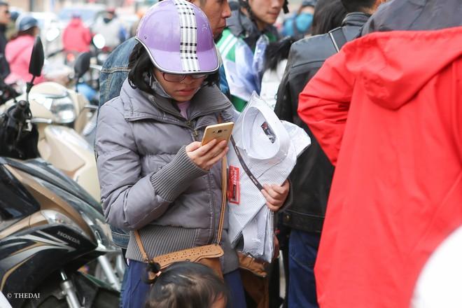 Hà Nội: 29 Tết, người dân vẫn xuống đường  mua hàng giảm giá - Ảnh 9.