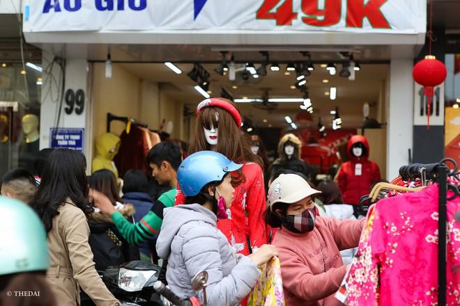 Hà Nội: 29 Tết, người dân vẫn xuống đường  mua hàng giảm giá - Ảnh 8.