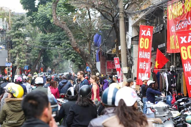 Hà Nội: 29 Tết, người dân vẫn xuống đường  mua hàng giảm giá - Ảnh 13.