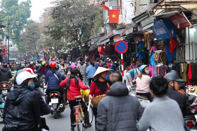 Hà Nội: 29 Tết, người dân vẫn xuống đường  mua hàng giảm giá - Ảnh 11.