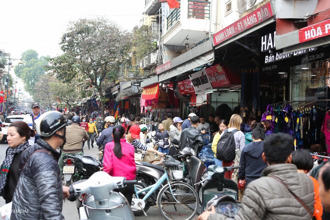 Hà Nội: 29 Tết, người dân vẫn xuống đường  mua hàng giảm giá - Ảnh 10.