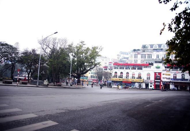 Sáng 29 Tết, nhiều tuyến phố Hà Nội đã vắng bóng người qua lại - Ảnh 2.