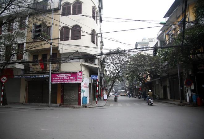 Sáng 29 Tết, nhiều tuyến phố Hà Nội đã vắng bóng người qua lại - Ảnh 5.