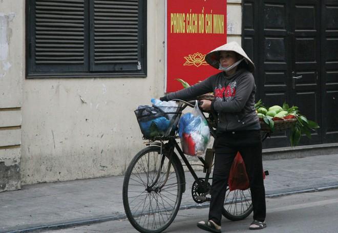 Sáng 29 Tết, nhiều tuyến phố Hà Nội đã vắng bóng người qua lại - Ảnh 7.