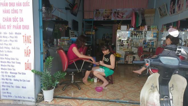 Còn mấy tiếng đón Giao thừa, chị em tranh thủ đi làm đẹp khiến tiệm hớt tóc, làm nail quá tải, chủ tiệm hốt bạc triệu - Ảnh 3.