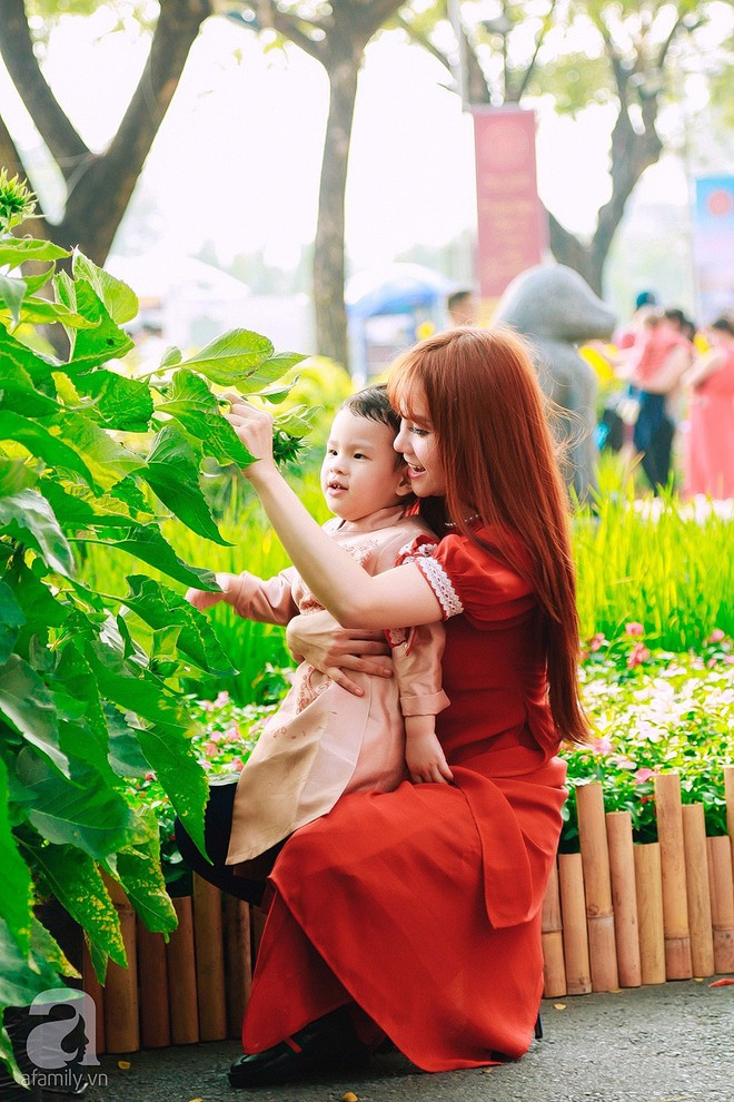 Mẹ con Thu Thủy diện áo dài dạo phố ngày đầu xuân - Ảnh 2.