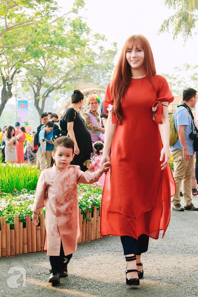Mẹ con Thu Thủy diện áo dài dạo phố ngày đầu xuân - Ảnh 1.