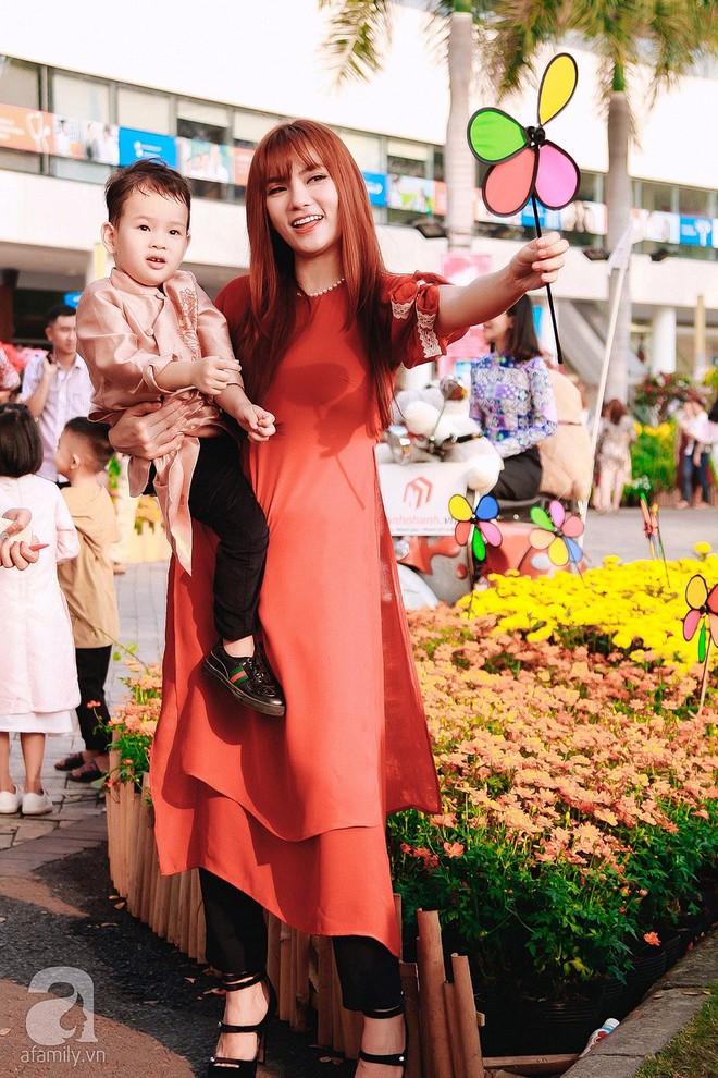 Mẹ con Thu Thủy diện áo dài dạo phố ngày đầu xuân - Ảnh 5.