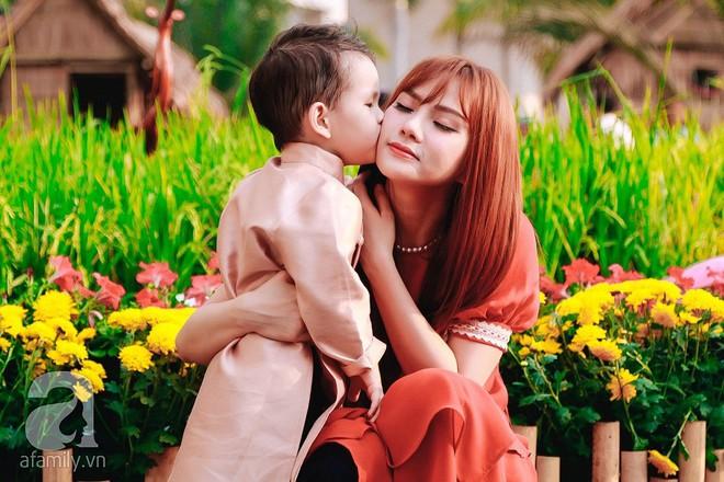 Mẹ con Thu Thủy diện áo dài dạo phố ngày đầu xuân - Ảnh 10.