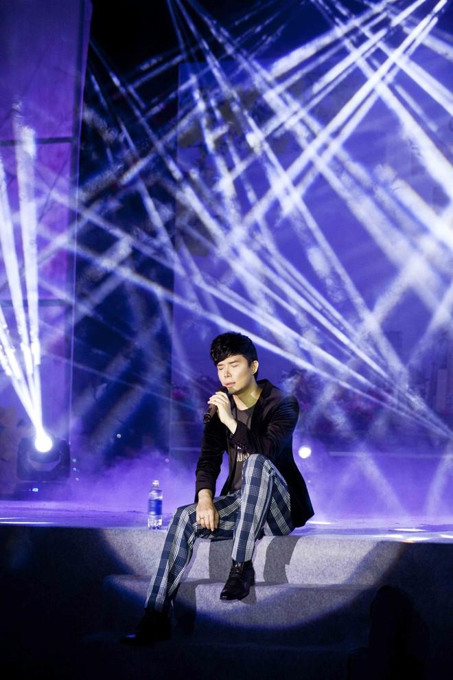 Nathan Lee chạy show xuyên Tết, vui vẻ đón năm mới dù chủ một mình - Ảnh 4.