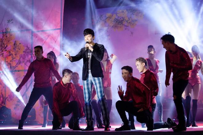 Nathan Lee chạy show xuyên Tết, vui vẻ đón năm mới dù chủ một mình - Ảnh 1.