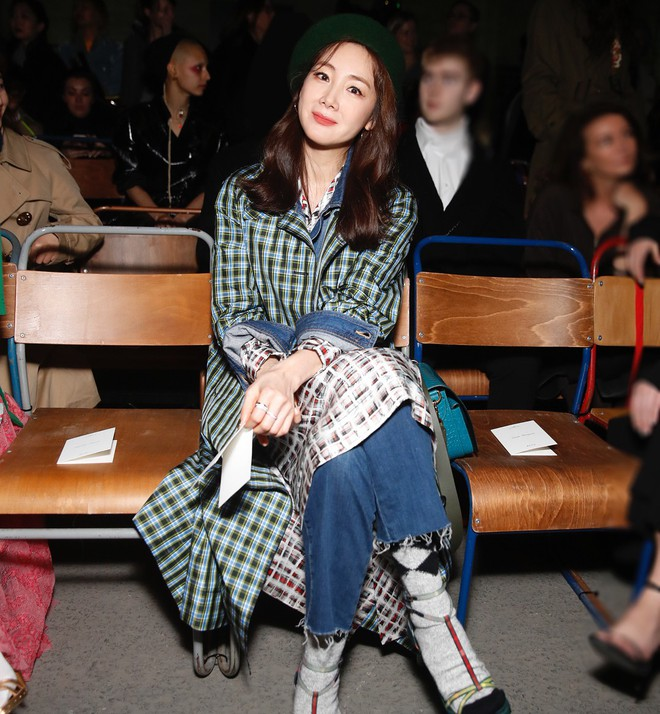 Mỹ nhân 42 tuổi Choi Ji Woo diện đồ tầng tầng lớp lớp chất lừ tại Tuần lễ Thời trang London - Ảnh 1.